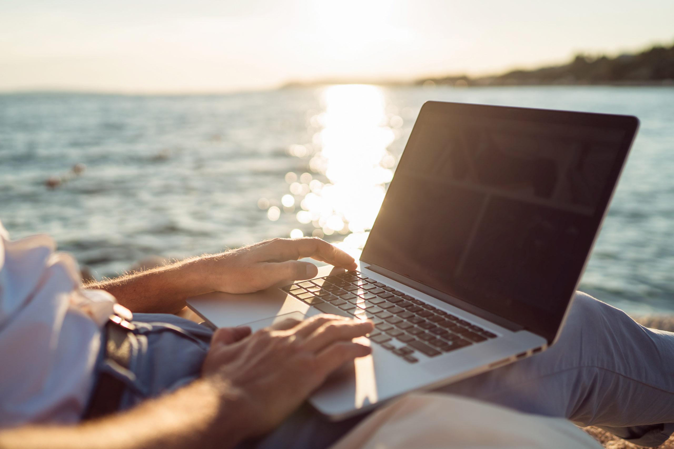 Online Lernen am Strand